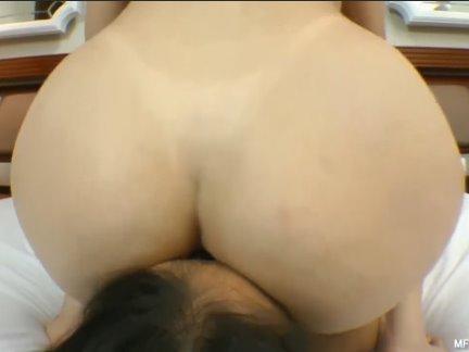Duas mulheres rabuda sentando na cara de outra