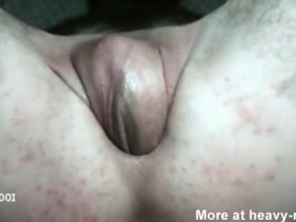 Homem enfiando o próprio pênis dentro do cu