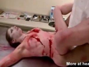 Homem fazendo sexo com uma mulher morta