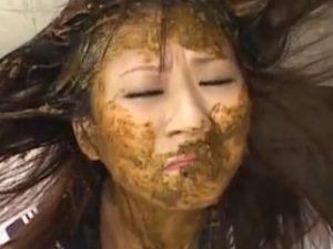 Japonesinha forçada a comer a própria bosta