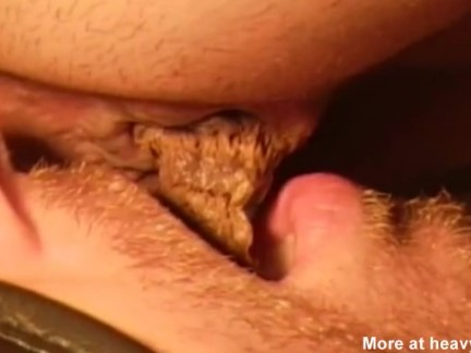 Mulher cagando na boca do homem