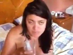Namorado goza no cu da brasileira bunduda e faz ela beber porra