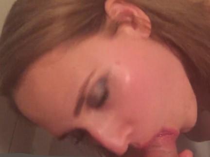 Novinha tomando mijada na boca