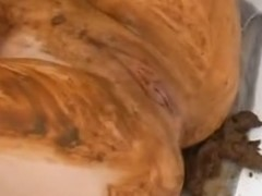 Mulher da bunda grande e gostosa com prisão de ventre cagando no chão