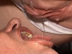 Mulher urinando dentro da boca do homem