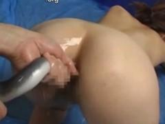 Metendo uma cobra viva dentro do cu da mulher