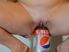 Mulher enfiando uma garrafa de Pepsi de 2 litros e meio na buceta