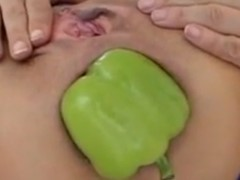 Mulher com o cu extremamente largo enfia pimentão dentro