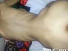 Menina extremamente magra fazendo sexo anal