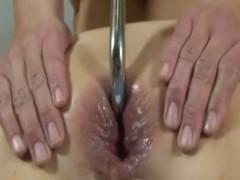 Pendurando a mulher no teto pelo cu