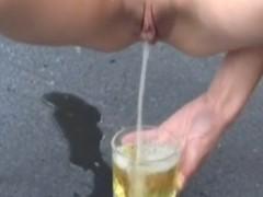 Garota super gostosa fazendo xixi no copo no meio da rua