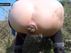 Chinesa novinha se caga toda na calcinha e depois se masturba