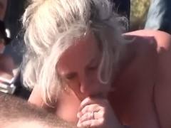 Mulheres fazendo boquete na praia de nudismo