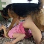 Novinha loira dando a buceta para o cachorro pastor alemao