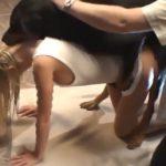 Cachorro Rottweiler bravo estuprando uma novinha loira